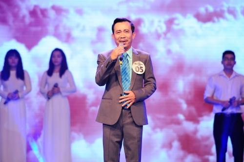 Các thí sinh Tiếng hát mãi xanh 2015 phải bước qua hai phần thi. Ở lượt hát đơn đầu tiên, th1i sinh Đinh Văn Long tự tinthể hiện ca khúc Khát vọng.