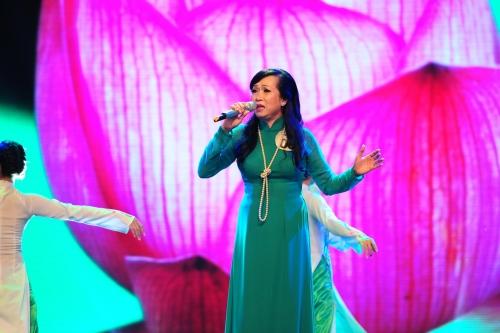 Thí sinh Lê Thị Cẩm LoanThể hiện đầy cảm xúc nhạc phẩm Lời Bác dặn trước lúc đi xa và kết hợp ăn ý với ca sĩ Thế Vỹ trong Đêm thành phố đầy sao