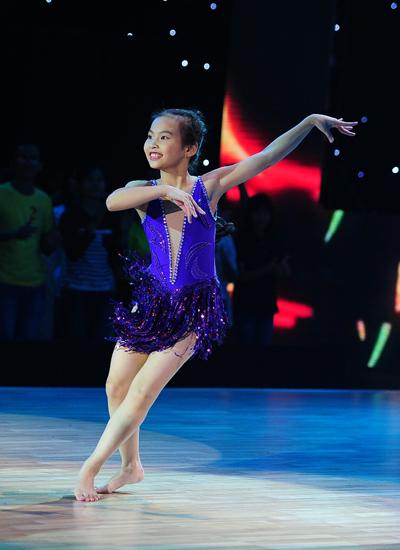 Nguyễn Thị Thu Trang 10 tuổi mở màn bài thi bằng những động tác hiphop mạnh mẽ. Tuy nhiên, ở giữa bài, cô bé chuyển sang dance sport uyển chuyển. Thủy Tiên và Lâm Vinh Hải đã nhanh tay chọn Thu Trang, trong khi hai giám khảo còn lại quyết định không bấm đèn. Bà xã Công Vinh nhận xét, ở cô bé 10 tuổi có sự tự tin để gần gũi với khán giả.