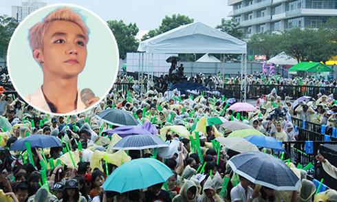 Hàng nghìn fan nhỏ tuổi đội mưa mừng sinh nhật Sơn Tùng M-TP