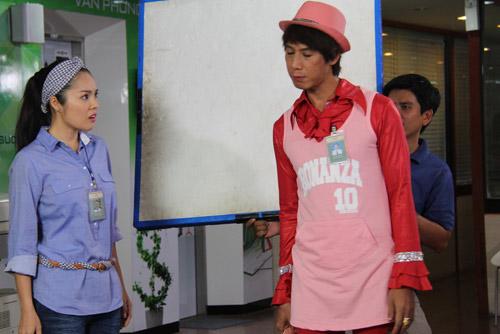Dương Cẩm Lynh cho biết, đây là ý tưởng của cô khi nhận lời tham gia vai diễn. Vì nhân vật là một nhà thiết kế thời trang nên cô muốn phong cách ăn mặc của nhân vật cũng có gì đó làm điểm nhấn, và ý tưởng khăn rằn lóe lên trong đầu Cẩm Lynh.