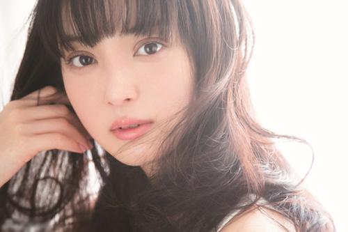 """Nozomi được khen là hot girl có gương mặt đẹp nhất xứ hoa anh đào. Từ năm 2010, cô liên tục có tên trong danh sách """"100 gương mặt đẹp nhất thế giới"""" của website điện ảnh TC Candler (Mỹ)."""