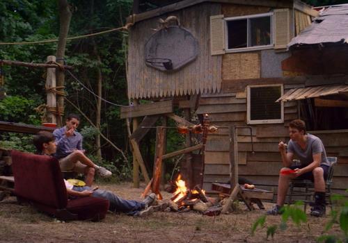 Ba cậu bé bỏ gia đình vào rừng và tự xây một ngôi nhà để ở với nhau.