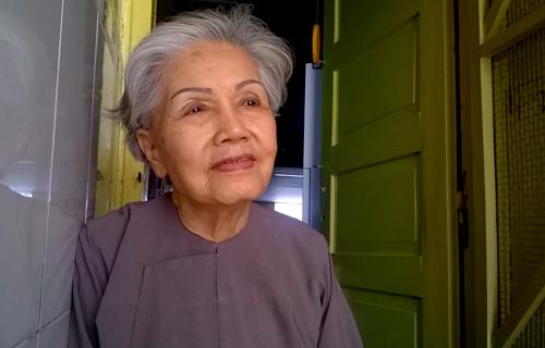 Nghệ sĩ Út Bạch Lan trước căn hộ nhỏ của bà trong một chung cư cũ ở đường Trần Hưng Đạo, quận 1, TP HCM.