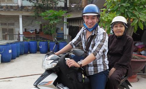 NS Huỳnh Quý chở NSƯT Út Bạch Lan đi trao quà từ thiện. Ở tuổi 80 cô Út vẫn ngồi xe gắn máy bôn ba với các chuyến đi từ thiện