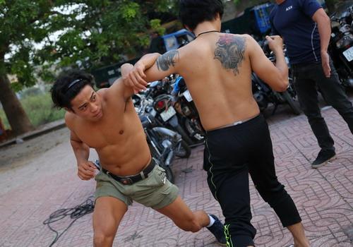 Linh Sơn tập đối kháng trước một cảnh quay đánh võ.