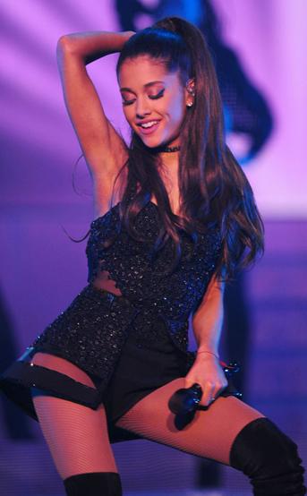 Ariana Grande trên sân khấu.