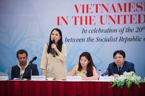 Nhà thiết kế Minh Hạnh phát biểu trong buổi họp báo hôm 21/7 tại Hà Nội. Ảnh: Linh Lê.