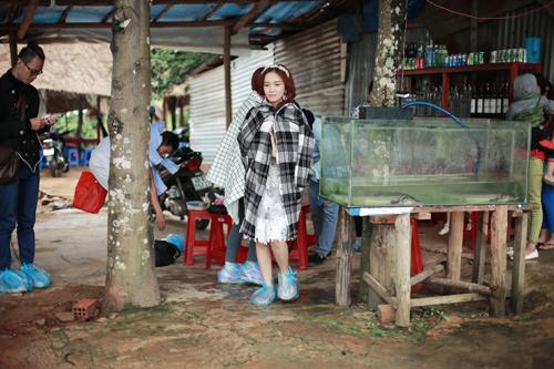 Thời tiết lạnh lẽo ở Đà Lạt khiến cô liên tục phải giữ ấm khi diện đồ mỏng manh.