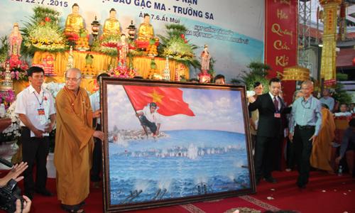 """Họa sĩ Bùi Lệ Trang (phải) cùng ban tổ chức tại buổi công bố người thắng đấu giá tranh """"Gạc Ma - Vòng tròn bất tử""""."""