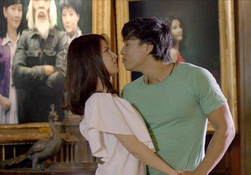 Linh Sơn và Diễm My 9x có cảnh quay tình tứ trong phim.