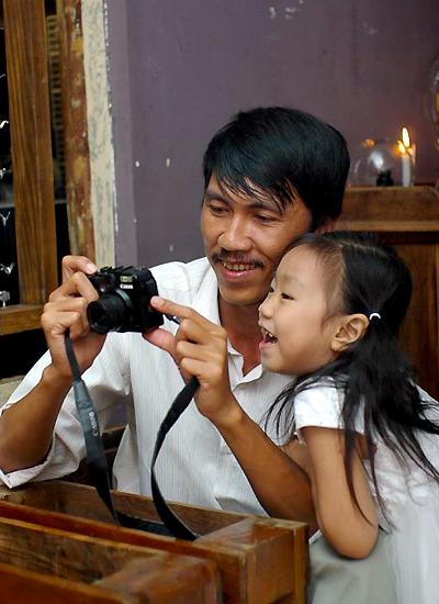 Nguyễn Ngọc Thuần và con gái.