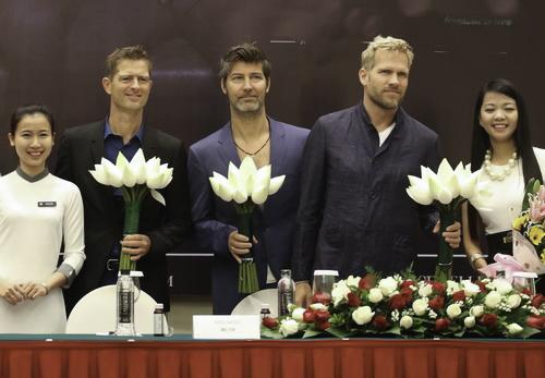 Michael Learns to Rock tỏ vẻ thích thú với hoa sen Việt Nam khi được tặng trong buổi họp báo. Ảnh: Tùng Neo.