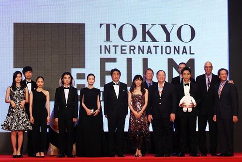 """Đoàn phim """"Parasyle"""" (trái) và đoàn phim """"Big Hero 6"""" (phải) chụp ảnh cùng Thủ tướng Shinzo Abe (giữa)."""