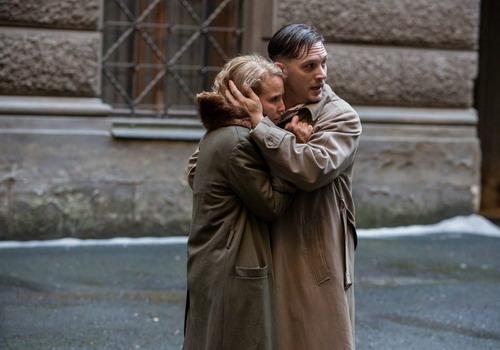 Noomi Rapace và Tom Hardy là hai diễn viên chính trong phim.