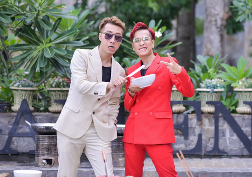 """OnlyC (phải) cùng ca sĩ trẻ Lou Hoàng thể hiện bản nhạc chính trong phim """"Kung Fu Phở""""."""