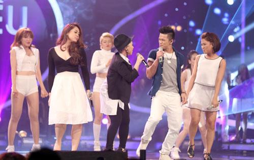 Mở màn đêm gala, hai thí sinh chung cuộc cùng top 8 Vietnam Idol có màn trình diễn sôi động. Họ hát nhiệt tình, không bị áp lực bởi thắng thua và truyền nhiều cảm xúc cho người nghe.