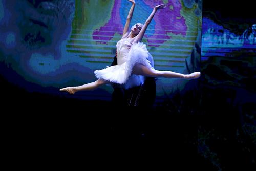 Những điệu múa ballet cổ điển vẫn tạo nên sức hút lớn khi được phối cùng ánh sáng và kỹ thuật trình chiếu hiện đại.