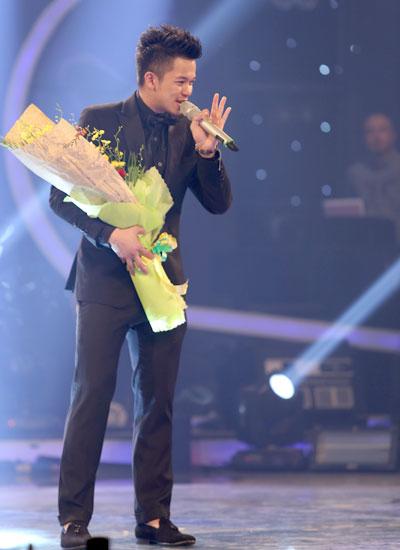Tân quán quân Vietnam Idol 2015 thể hiện lại ca khúc 'Con đường tôi' thể hiện quyết tâm theo đuổi đam mê, khát khao chinh phục sân khấu ca nhạc. Anh vừa biểu diễn vừa tiến sát hàng ghế khán giả, bắt tay từng fan thay cho lời cảm ơn