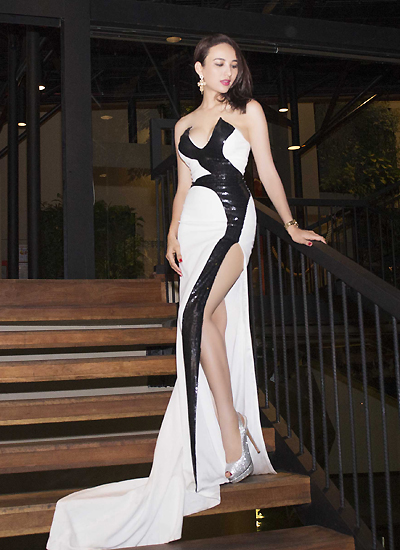 Bộ váy với những đường cắt cúp tinh tế giúp Ngọc Diễm khoe được đường cong hoàn hảo của mình.Người đẹp tự tin khoe làn da trắng muốt và bờ vai trần nuột nà trước ống kính