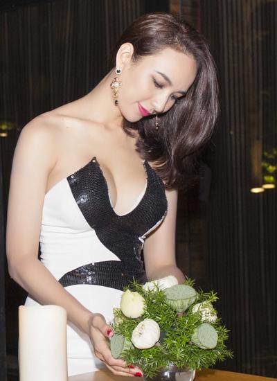 Hoa hậu du lịch Việt Nam xuất hiện vô cùng lộng lẫy và gợi cảm với bộ váy ánh bạc  rất sexy mà vẫn tinh tế.