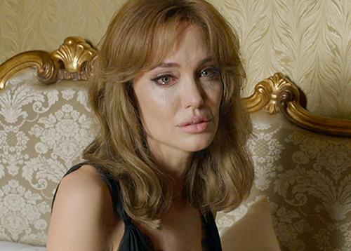 Angelina-Jolie-By-The-Sea-4-7449-1438912