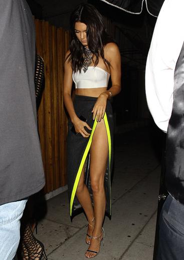 Em gái Kim Kardashian lấy tay che chắn vì váy xẻ quá cao - ảnh 1