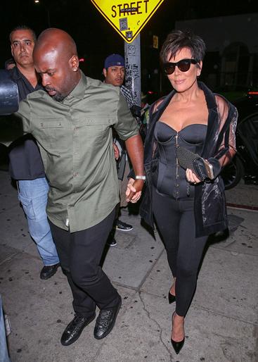 Em gái Kim Kardashian lấy tay che chắn vì váy xẻ quá cao - ảnh 8