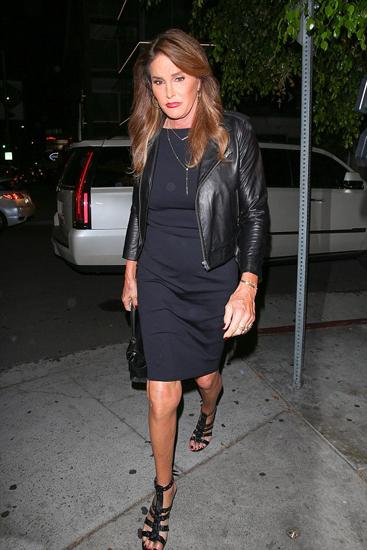 Em gái Kim Kardashian lấy tay che chắn vì váy xẻ quá cao - ảnh 9