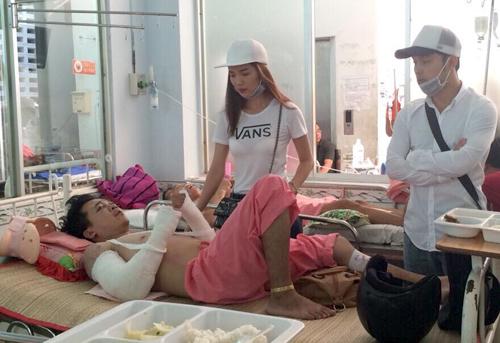 Từ trái qua: diễn viên Ưng Hoàng Phúc và Kim Cương vào bệnh viện thăm Giàu