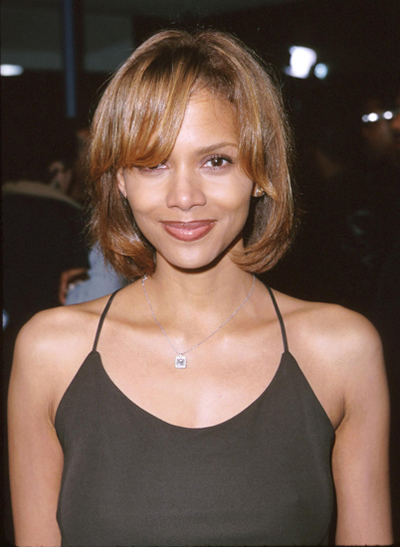 """Halle trẻ trung với tóc bob năm 1999. Cùng năm, cô tham gia bộ phim truyền hình """"Introducing Dorothy Dandridge"""" và giành danh hiệu """"Nữ diễn viên chính xuất sắc"""" tại lễ trao giải Emmy, Quả Cầu Vàng..."""