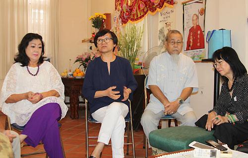 Từ trái qua: Nghệ sĩ Nhân Dân Kim Cương, bà Nguyễn Thế Thanh,