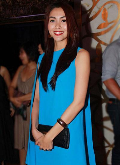 Hà Tăng thường để tóc xoã dài hoặc búi củ tỏi mỗi khi đi sự kiện.