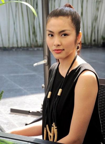 Thời gian còn hoạt đông tích cực trong làng giải trí, Tăng Thanh Hà được đánh giá là một trong những nghệ sĩ có gu ăn mặc thanh lịch. Trong những sự kiện lớn, cô thường chọn đầm có kiểu dáng đơn giản, không kết hợp phụ kiện rườm rà nhưng vẫn tôn lên vóc dáng.