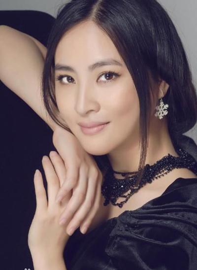 Sau Tiểu Lý phi đao, người đẹp sinh năm 1979 góp mặt trong Thiếu niên Trương Tam Phong, Đặc cảnh phi long, Túy hiệp Trương Tam& nhưng hầu hết là vai nhỏ. Những năm gần đây cô ít đóng phim.