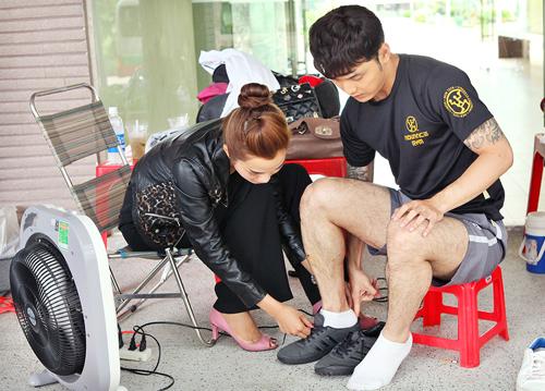 Kim Cương chăm sóc Ưng Hoàng Phúc trước khi anh bước vào một cảnh quay của phim mới. Cô cũng thủ vai nữ chính trong phim này.