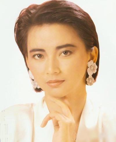 Hồ Tuệ Trung sinh năm 1958 ở Đài Loan. Bà khởi đầu sự nghiệp năm 20 tuổi với một phim tình cảm. Từ năm 1985, Hồ Tuệ Trung đóng phim Hong Kong và gây chú ý với hình tượng đả nữ trong phim Hạ nhật phúc tinh (Seven Lucky Stars), Bá Vương Hoa. Năm 1989, khi đóng Liệp ma quần hùng, Tuệ Trung bị bỏng nặng tới mức có ý định từ bỏ nghề diễn.