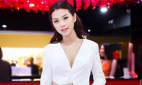 Elly Trần phát quà cho 200 học sinh nghèo ở Cần Thơ