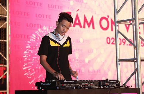 DJ Hưng 88 đã mở đầu chương trình với phần âm nhạc sôi động.