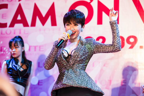 Lần đầu tiên trình diễn tại một sân khấu ngoài trời tại Hà Nội, Tóc Tiên đã nhanh chóng thu hút được sự chú ý ngay từ khi vừa xuất hiện.