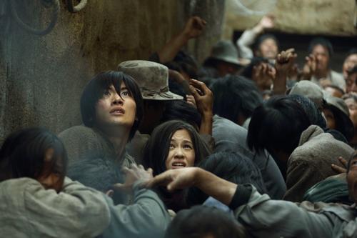 Chuyện phim tập trung vào hai nhân vật Eren (trái) và Mikasa.