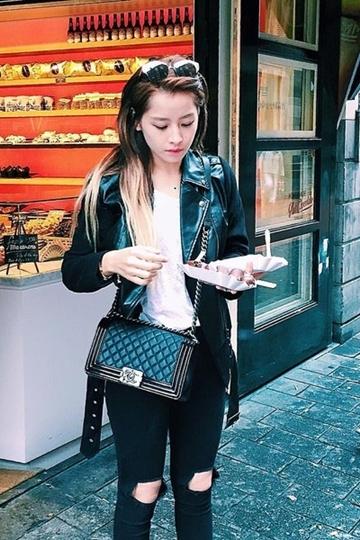 ... và Chi Pu dễ dàng khoe street style với chiếc túi cá tính này.
