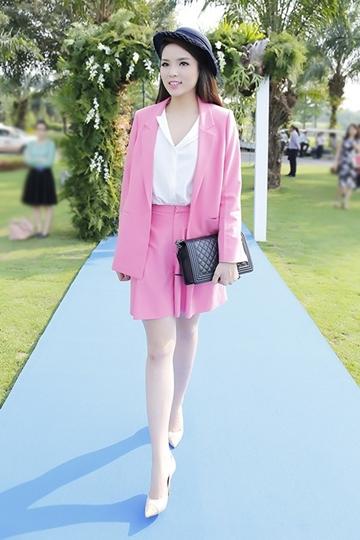 Trong khi đó, Hoa hậu Kỳ Duyên chọn phối Chanel Boy cùng set đồ vừa nữ tính, vừa sành điệu.