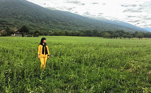 Mỗi ngày, nữ ca sĩ tận hưởng không gian thiên nhiên xanh tươi và khoáng đãng ở vùng quê này.