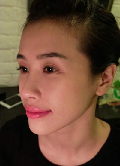 rang cá nhân Linh Nguyen cũng đã có những review về màu Miss Loubi thuộc dòng son ẩm Silky Satin. Đây là một màu hồng sáng nhẹ. Chất son mềm mịn, lên môi rất mướt. Những hạt nhũ trong son không nhìn thấy bằng mắt thường nhưng giúp môi căng mọng, quyến rũ.