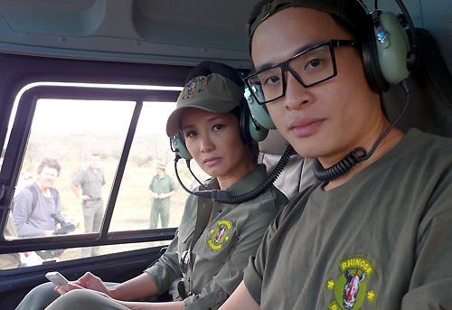 Hồng Nhung cùng Hà Anh Tuấn ngồi trực thăng cùng đoàn vào rừng Nam Phi để tìm tê giác.