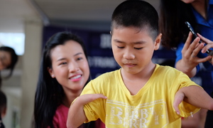 Á hậu Hoàng Oanh nhảy Gangnam Style cùng trẻ khuyết tật