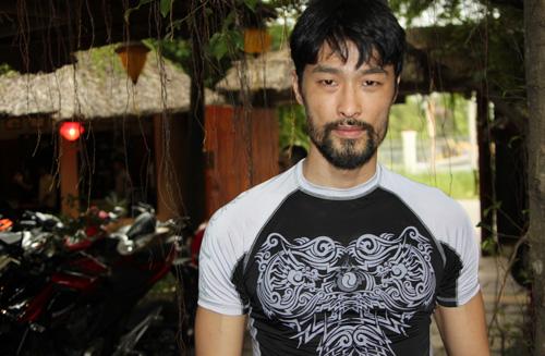 Johnny Trí Nguyễn tại võ đường của anh.