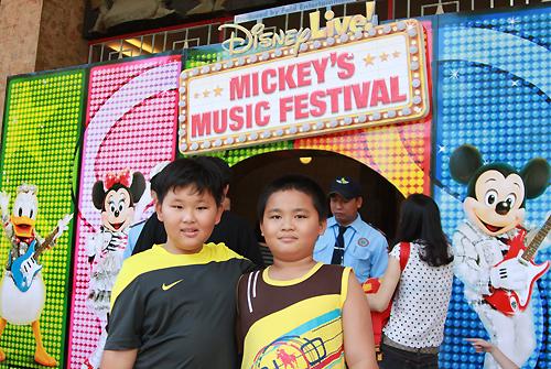 Khán giả nhí hào hứng với chương trình ca múa nhạc của Disney.