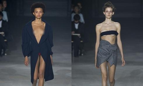 Người mẫu để hở ngực catwalk tại Tuần thời trang Paris